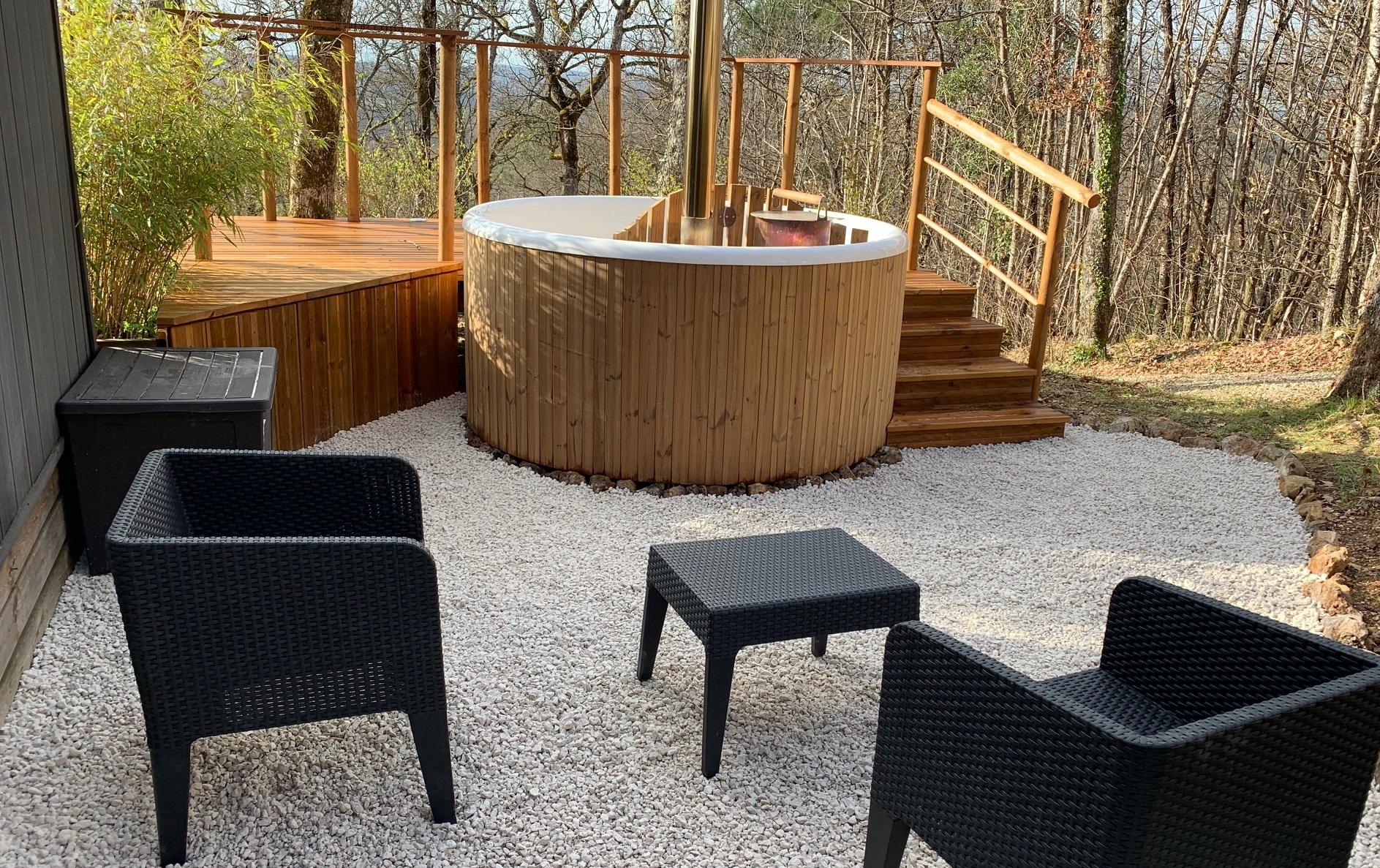 Spa privatif et salon de jardin